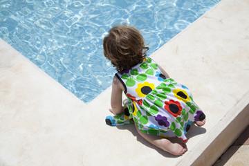 Niña pequeña en el borde de una piscina