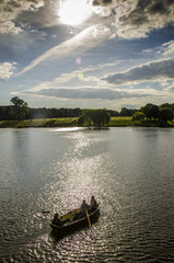 Gewitterstimmung über See und Ruderboot im Stadtpark Hamburg