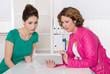 Beratung: Kunde und Beraterin in einem Gespräch zur Vorsorge
