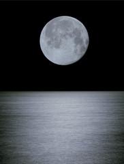 Großer Mond über dem Ozean