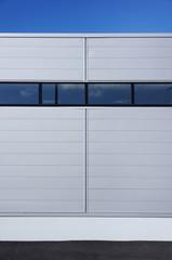 Moderne Fassade einer Fabrikhalle