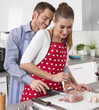 Liebespaar: junges Paar kocht gemeinsam Schweinebraten