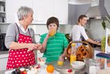 Großmutter betreut das Kind: drei Generationen in der Küche