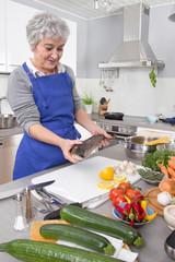 Fangfrischer Fisch: Frau bereitet Fisch zu
