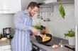 Single Mann in der Küche kocht sich ein Spiegelei