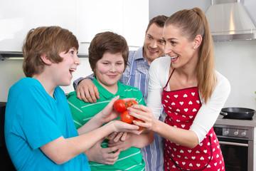 Glückliche Familie gemeinsam in der Küche beim Kochen