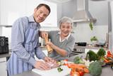 Hotel Mama: Mutter mit ihrem erwachsenen Sohn in der Küche