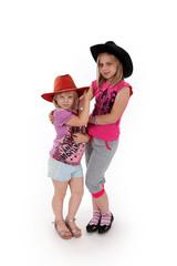 Dwie dziewczynki, blondynki w kapeluszach.