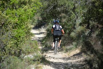ciclista circulando por un camino de tierra en el campo