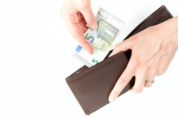 Mani di donna inseriscono 5 euro nel portafogli