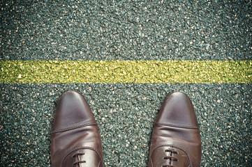 concept pieds sur la route et ligne jaune