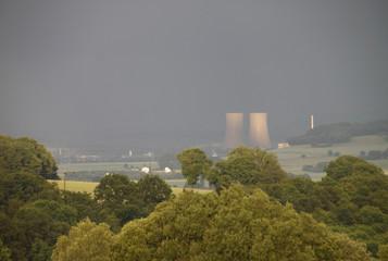 Blick ins Weserbergland mit (abgeschaltetem) Kraftwerk Grohnde