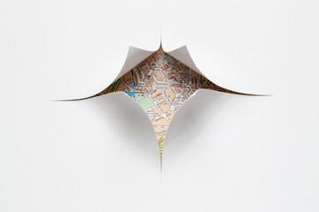 Straßenkarte hinter zerschittenem Papier