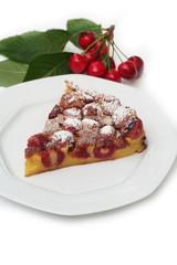 fetta di clafoutis con ciliegie su tavolo_ sfondo bianco