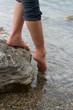 canvas print picture - Maedchen testet die Wassertemperatur