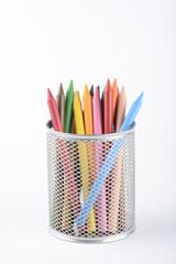 Bote con lapiceros de colores