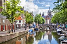 Canal en St. Nicolaaskerk in Amsterdam