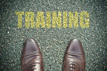 concept pied sur la route et message - training
