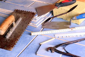 Fliesen und Werkzeug