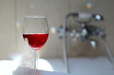 Bath with a glas of pink wine