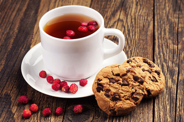 Tea with wild strawberries and cookies