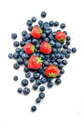 Heidelbeeren  und Erdbeeren auf weißem Hintergrund