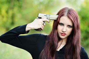 le suicide pousses à lui-même à une tête d'un pistolet