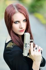 Belle femme avec des armes à feu