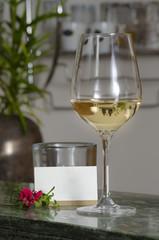 Weinglas auf Bartresen mit neutraler Visitenkarte