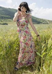Bella donna in un campo