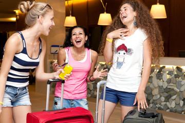 Три веселые  подруги с чемоданами