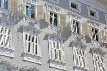 weiße Fensterläden