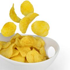 Kartoffel-Chips fallen in Schüssel
