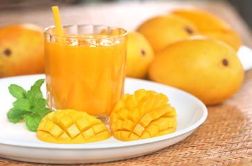 Mango juice with sliced fruit