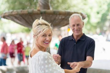 romantisches älteres paar hält sich an den händen