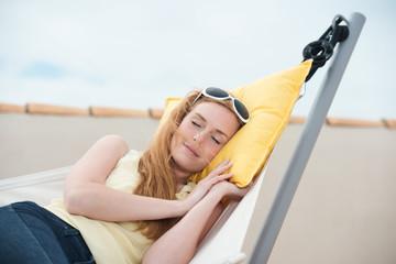 junge frau entspannt in der hängematte