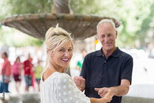 romantisches älteres paar hält sich an den händen - 66740052