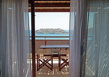 Otwórz balkony z meblami i widokiem na morze (Kreta, Grecja).