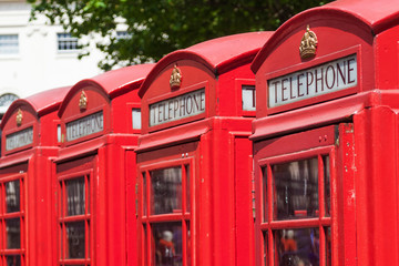 traditionelle Telefonzellen in London in einer Reihe