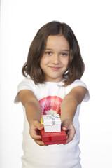Cajitas de regalo sostenidas por niña