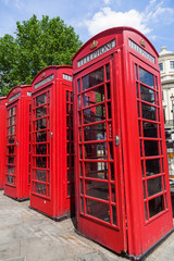 Reihe alter roter Telefonzellen in London