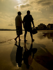 Pareja de ancianos paseando por la playa