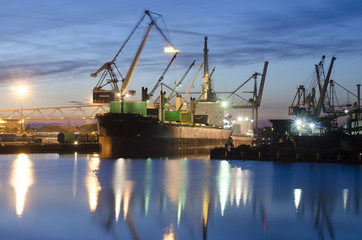Frachtschiff Bremen bei Nacht