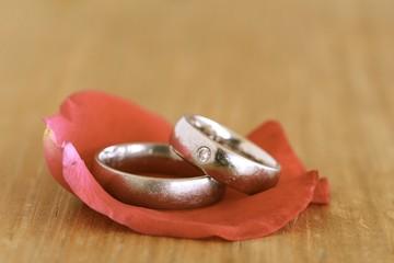 zwei ringe auf rosenblatt
