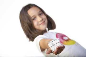 Cajita de regalo sostenida por niña
