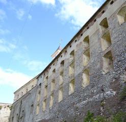 каменная стена защитного бастиона