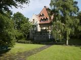Die Alte Müllerburg eingebettet in eine Parklandschaft