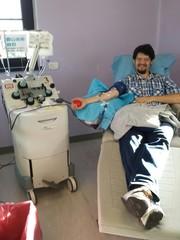 Uomo durante la donazione del sangue