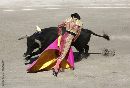 Fotobehang Stierenvechten Bullfighter and bull