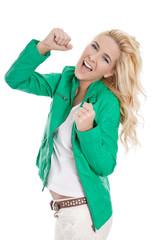Junge glückliche Frau in grün: begeistert, jubelnd, freudig